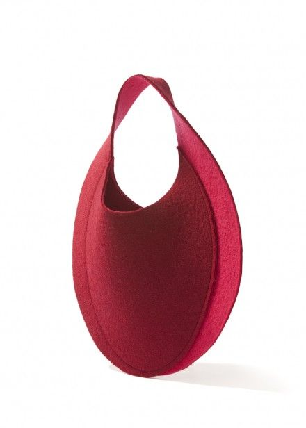 Pink twister designed by Studio Samira Boon. | The twist of this felt sheet follows the 3D shoulder shape and becomes a bag around it. The customized double-layer mixed felt comes in special colour shades and variations. material: felt