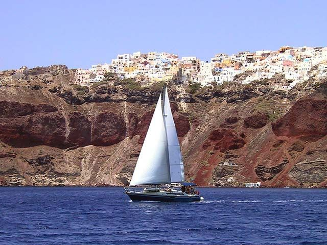 Croisière active en voilier depuis Santorin - Croisière dans les Cyclades avec Héliades #Grèce #Cyclades #Santorin #Voilier