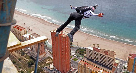 El equipo Wild Wolf Sky Force que capitanea Álvaro Bultó realizó  una serie de saltos base desde el rascacielos Intempo de Benidorm, de 200 m de altura.