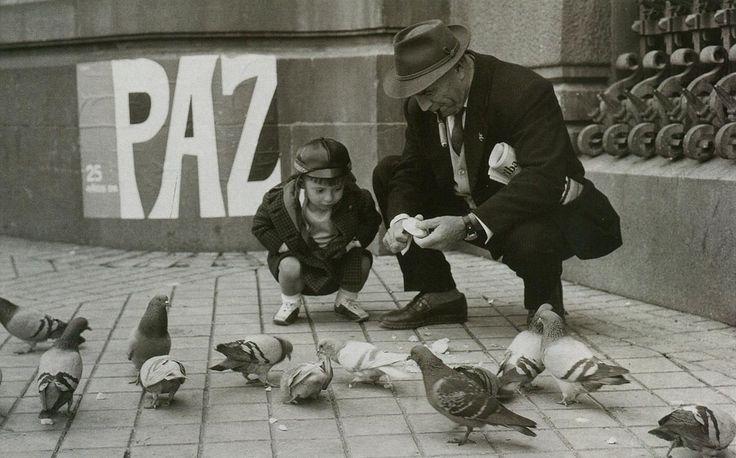 Abuelo y nieto ante el cartel conmemorativo de los XXV Años de Paz.Madrid.1-4-1964.