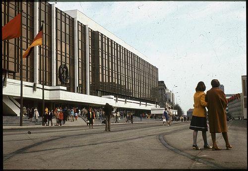 Foto 6:  Als Symbol des Staates verstanden, galt dieses Gebäude als Sitz der Volkskammer (des Parlaments der DDR), gleichzeitig hielt es viele Räume für kulturelle Veranstaltungen bereit. Wie heißt dieses geschichtsträchtige Bauwerk, das es heute nicht mehr gibt?  Schriebt uns die Antwort an gewinnspiel@ueberreuter.de.