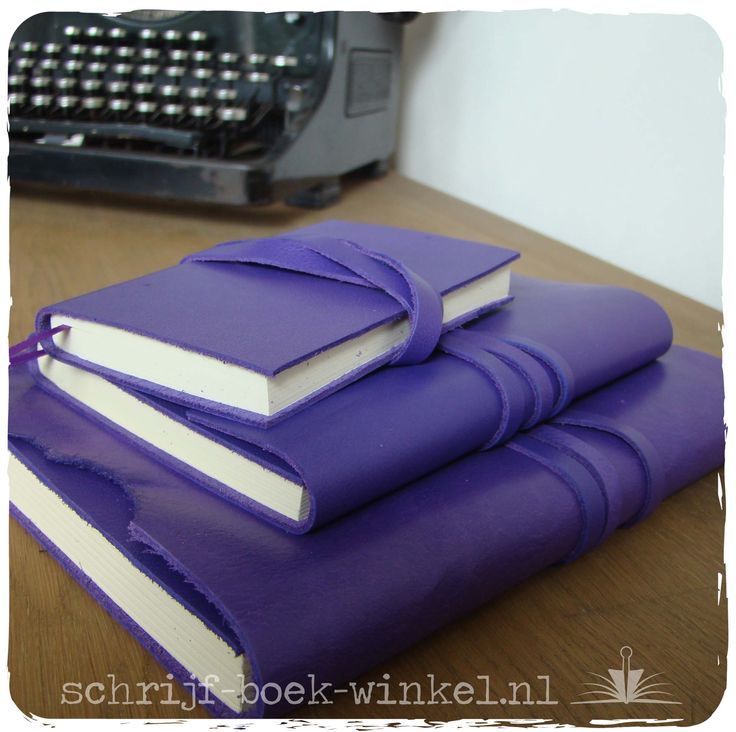 Verschillende formaten notitieboeken met handgemaakte kaft van paars leer. Wil je ook een paars notitieboek? mail info@schrijf-boek-winkel.nl