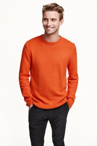 Camisola de malha: Camisola em malha de mistura macia de algodão com uma percentagem de lã. Tem mangas compridas e punhos e cós canelados.
