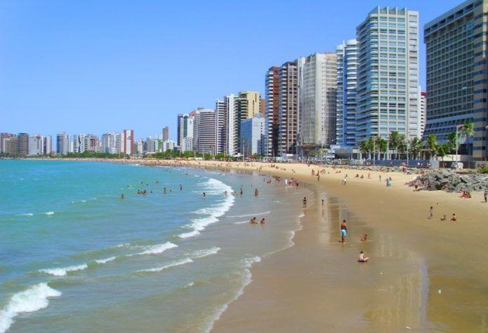 Praia do Meireles Fortaleza-ce com seu verde Mar localizada na Avenida Beira Mar http://www.praiasdefortaleza.net/praia-do-meireles-conheca-um-dos-points-turisticos-mais-movimentados-de-fortaleza/