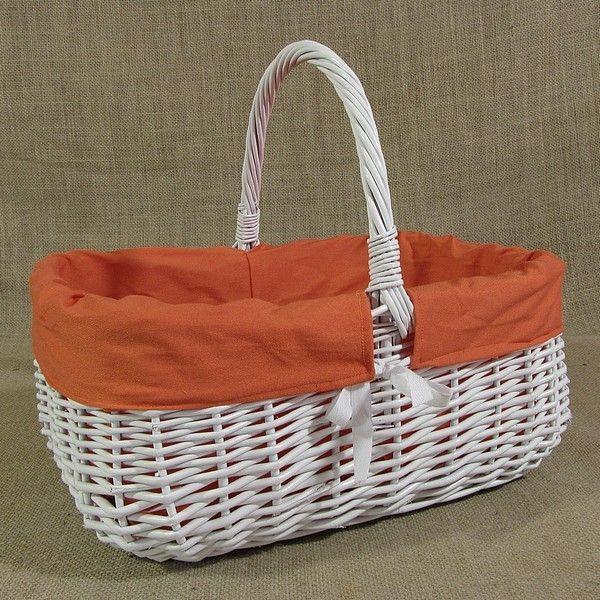 Biały wiklinowy koszyk z obszyciem w kolorze pomarańczowym