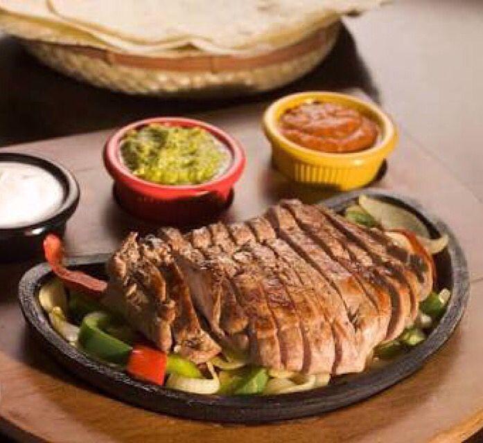 Fajita yapimi el oyalayici ama zor ve imkansiz degil. Haftasonu birlac saatinizi ayirirsaniz, aksam yemeginde arkadaslarinizla harika bir fajira yiyebilirsiniz tarif detaylari ev.yemekleri.tv'de #fajita #tarifi #combo #etli #tavuklu #meksika #yemekleri #mutfagi #tarifleri #ev #yapimi #mexican #cusine #recipes #food #delicious #salsa #sos #souce #guacamole