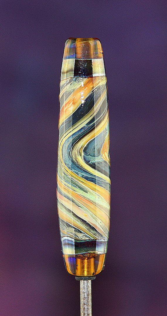 Une perle centrale en forme de tonneau dans une base de différentes couleurs biologiques - Ivoire, cuivre vert, crème au beurre, orange - avec verre argenté sur le dessus, tourbillonné ensemble. Érable transparent se termine par un anneau de verre réduit en argent.  Sil vous plaît gardez à lesprit que ceux-ci sont prises avec une boîte à lumière et flash. Jessaie de dépeindre les couleurs avec précision, cependant, chaque moniteur est différente et peut changer les couleurs un peu. En outre…