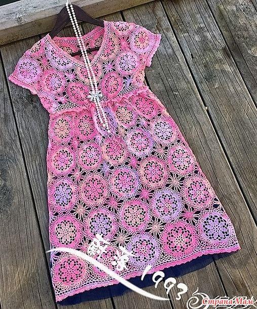 Это платье с завышенной талией смотрится просто волшебно не только благодаря красивым цветочным мотивам из которых оно связано но и нежным розово-сиреневым оттенкам пряжи.