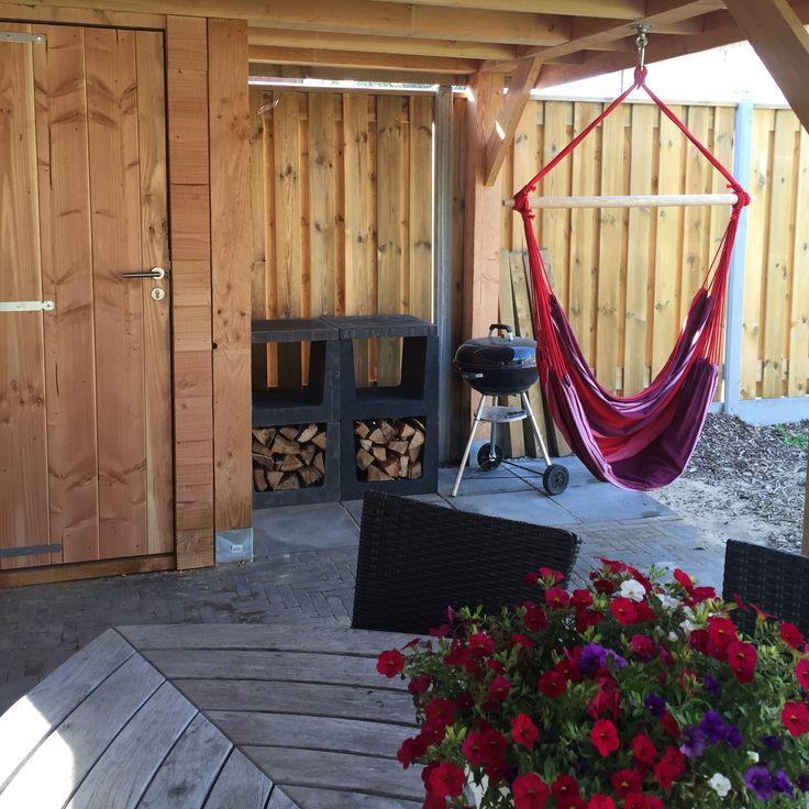 Heerlijke plek onder de nieuwe overkapping. Van beton u-profielen kleine buiten keuken gemaakt en heerlijke hangstoelen opgehangen