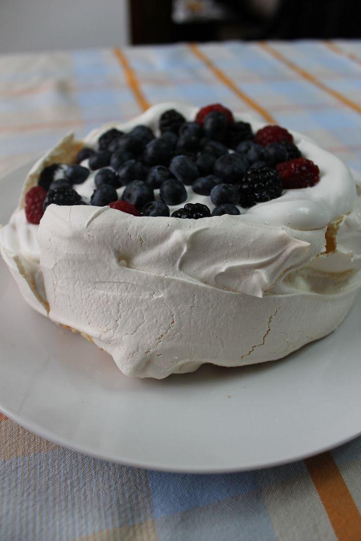 Pavlova with cream and berries :: Pavlova com natas e frutos vermelhos
