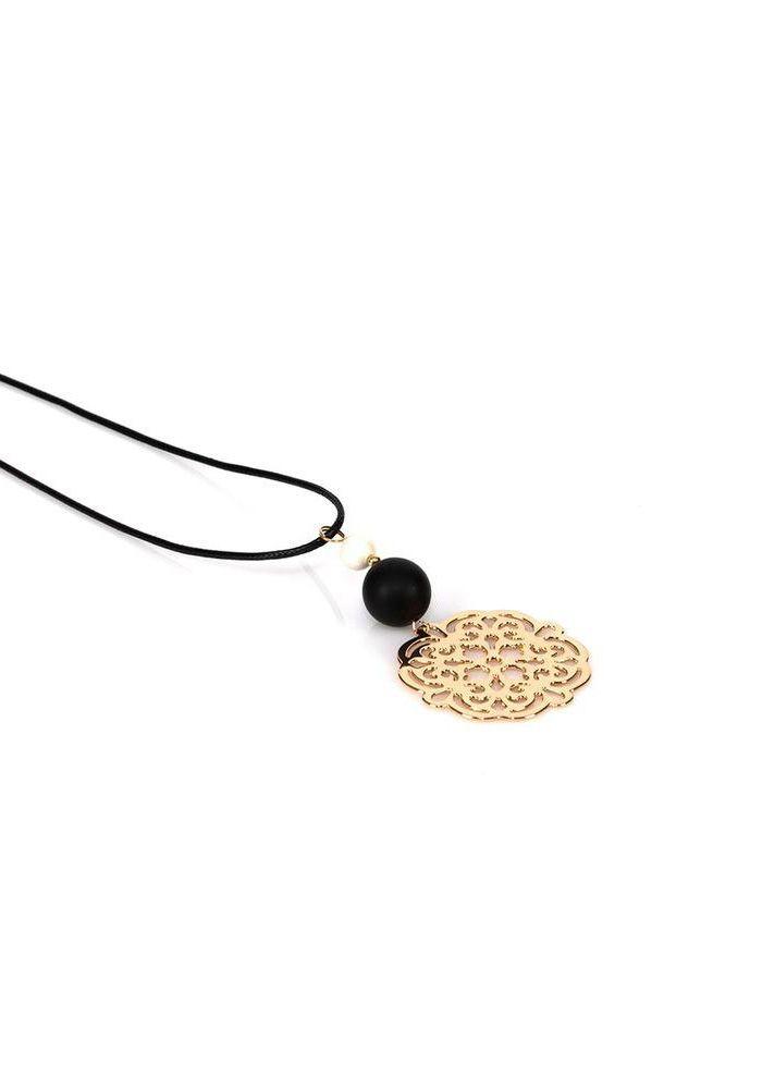 Κολιέ με διακοσμητικό σε χρώμα χρυσό και σχέδια. Το κολιέ έχει δύο πέτρες, μία μαύρη και μία μικρότερη άσπρη. Έχει κορδόνι και το μήκος του είναι 60cm.
