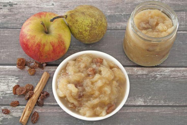 Zelfgemaakte appelmoes met peren en rozijnen