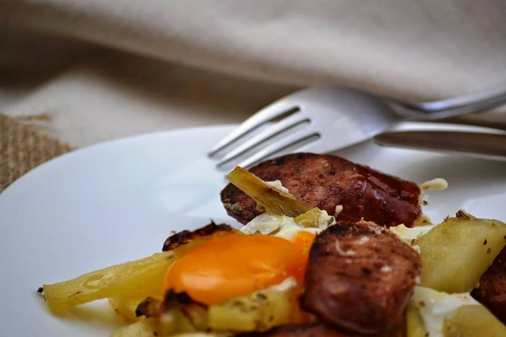 Πατάτες στο φούρνο με λουκάνικα και αυγά