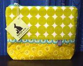 Trousse plate zippée multi-usages ou housse tablette 8 pouces Kotyo & Co, seventies, vert anis et ocre jaune : Housses ordinateurs et tablettes par kotyo