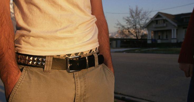Cómo determinar si la hebilla de tu cinturón Hermes es auténtica. Hermes es una compañía que se especializa en artículos de moda lujosos como por ejemplo bufandas, carteras, cinturones, corbatas y maletas. Si quieres comprobar la autenticidad de la hebilla de tu cinturón Hermes, debes realizar un examen exhaustivo del objeto. Toma nota de los metales con que se elaboró la hebilla, las técnicas de elaboración, ...