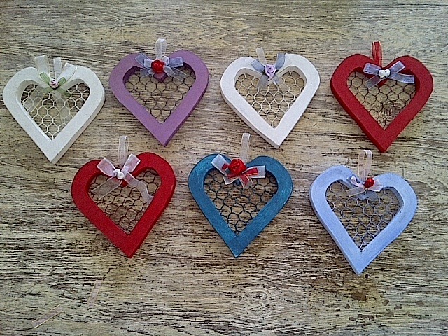 Small mesh wooden hearts