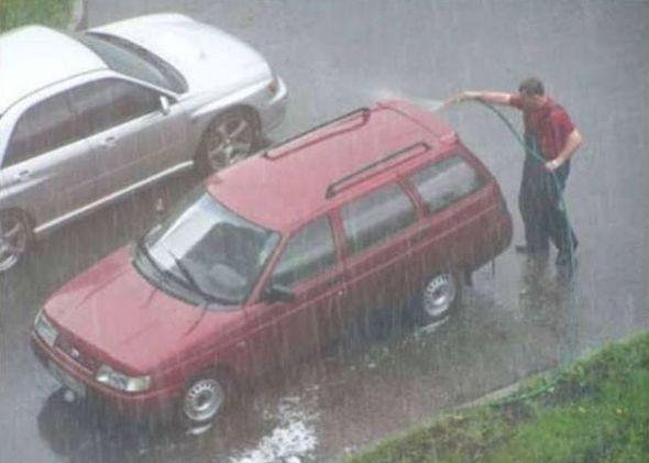 Dieser Typ, der sein Auto tatsächlich IM REGEN wäscht. | 16 Menschen, die keine Ahnung haben, was sie tun