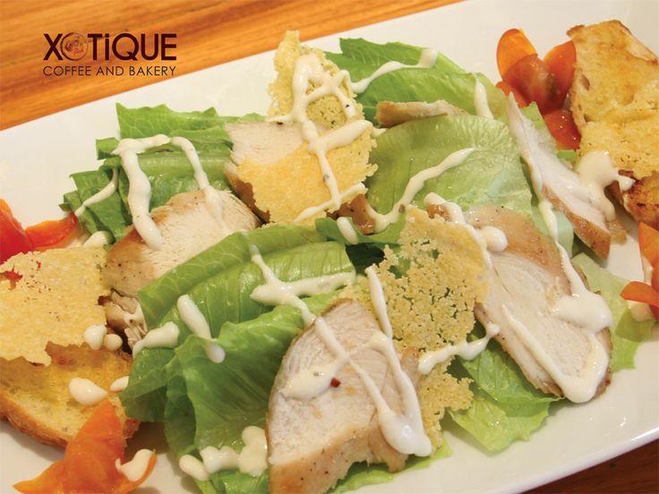 សាលាដសាច់មាន់អាំង: សាច់មានអាំង (សាច់ទ្រូង), សាលាដរូម៉ាំង, កូនប៉េងប៉ោះ, នំប័ុងខ្ទឹម, ញាំុជាមួយទឹកជ្រលក់ Caesar ស្រោចពីលើ និងឈីស Parmesan។ Grilled Chicken Caesar Salad (grilled chicken breast, Roman lettuce, cherry tomato, garlic bread, served with Caesar dressing & Parmesan cheese) $3.50
