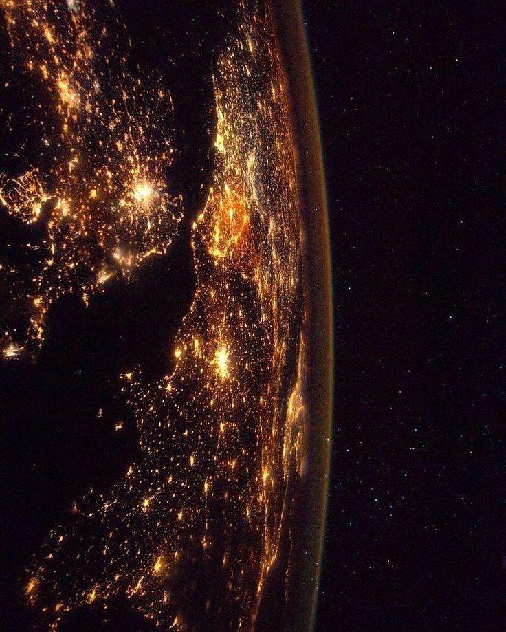 """Foto de @thom_astro  O astronauta francês Thomas Pesquet (@thom_astro) compartilhou sua fascinante aventura espacial com publicações em sua conta no Instagram. A 400 quilômetros de altura, nos fez olhar para as estrelas de um ângulo totalmente novo. Thomas foi selecionado para se tornar um astronauta em 2009. """"Comecei a treinar imediatamente"""", diz ele. """"Tive que aprender russo, ficar em condições físicas excelentes e participar de cursos de sobrevivência! Em seguida, houve um treinamento…"""