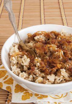 Arrocito con cebollas caramelizadas, serás un adicto a él. | 16 Deliciosas recetas con arroz que mejorarán tu vida entera
