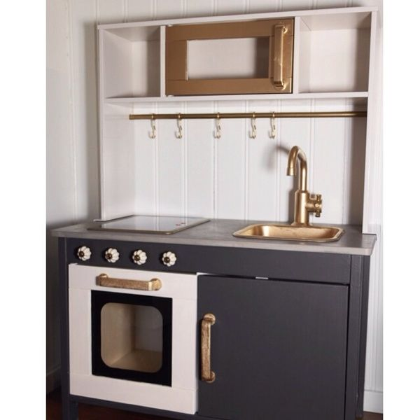 """Ettårspresenten till Abbe, ett omgjort IKEA """"duktig"""" minikök.   1. Alla plastdetaljer är sprayade i guldspray. Först testade jag att spraya med Montana Gold (gold chrome), jag grundade med…"""