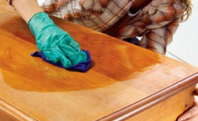Offrez une seconde jeunesse à votre meuble en bois avec cette astuce simple !