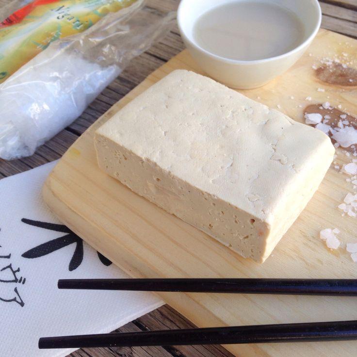 Hoy os cuento cómo hacer tofu en casa, una forma más económica de tomar esta deliciosa proteína vegetal. Ingredientes: -1 litro de leche de soja sin ningún tipo de añadido (también se p...