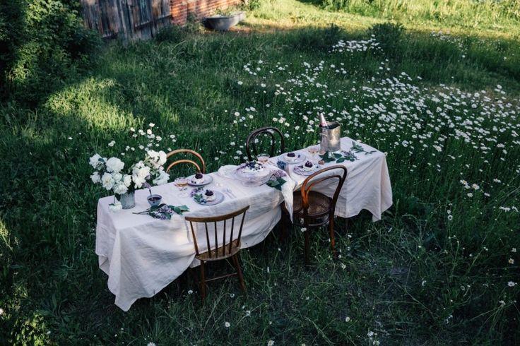 В этом году лето не очень-то радует нас теплом. Но мы во всем ищем плюсы, верно? По вечерам после дождя воздух наполняется запахами трав и цветов, легкая прохлада успокаивает, а вокруг так много зелени! А если этим летом вы не успели испытать похожих чувств, пора исправлять ситуацию и устраивать завтрак, обед или ужин на свежем...