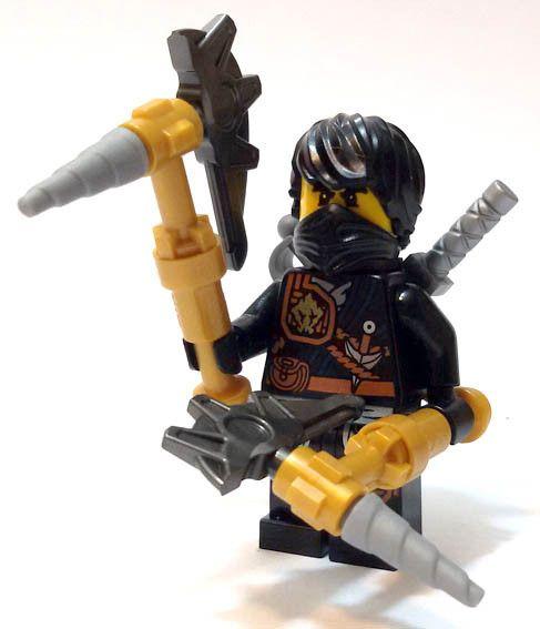 "Cole con spada, falce e due grandi asce, dalla rivista ""Ninjago. Masters of Spinjitzu"" (Panini Magazines). #Figures #Lego #Ninja #Ninjago"