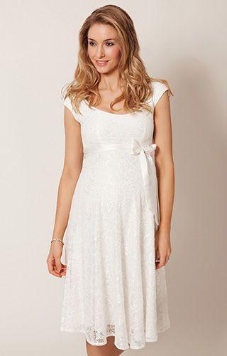 Ein wunderbar schlichtes Kleid zum Köpfe verdrehen. Unser kurzes Umstandsspitzenkleid Eliza ist ideal für eine schicke Hochzeit im intimeren Kreis.