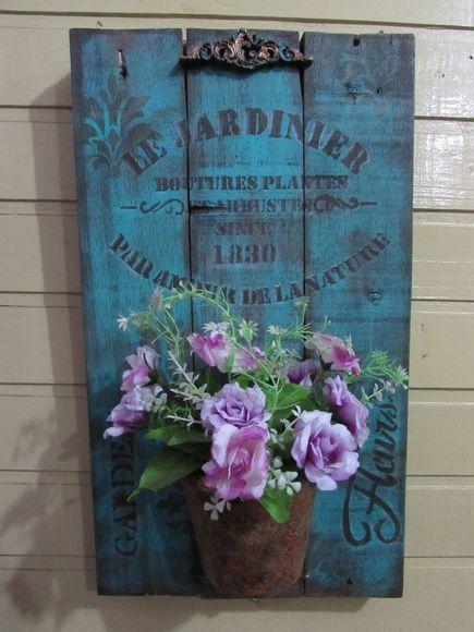 Quadro decorativo feito com pallet,com stencil e apliques de resina,possui um vasinho decorativo. OBS:As flores não acompanham é só decorativa para a foto.
