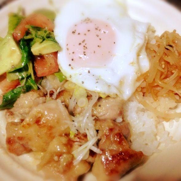 ☆美和さんの鶏肉のマヨポン炒め ☆アボカド、トマト、ルッコラの柚子マリネ ☆もやしのコチュめんつゆでナムル風 ☆半熟目玉焼き ☆白ご飯   美和さんのマヨポン炒めー 激うまー( *′ω`ノ)ノ''  美和さんのコメにご飯がすすむとあったので、ワンプレートにしてみました( ꒵͒◡ु꒵ ॣ)  鶏肉の下味に、お肉が柔らかくなるよぅに醤油麹と、おろし生姜でつけて、ちょっとだけアレンジ♡ - 124件のもぐもぐ - 美和さんの鶏肉のマヨポン炒め❤でワンプレートご飯にしました♡ by のなゆう