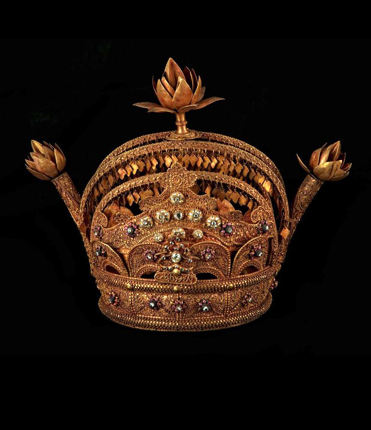 Indonesia ~ Siak | Gold crown; crafted most probably during reign of Sultan Syarif Kasim I, the ruler of the Siak Kingdom, until 1889. The last sovereign to it, was Sultan Syarif Kasim II, (ruled from 1915 - 1949) who bequeathed the crown to the newly founded Republic of Indonesia and now is part of the National Museum collection