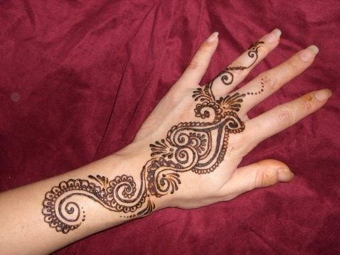 hena on the hand is so beautiful <3