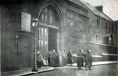 Women prisoners being discharged from Duke Street Prison in 1909. The prison held convicted women prisoners from across the central belt of Scotland during the first half of the 20th century.