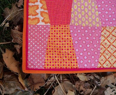 Sewn: Flanges! a tutorial for making a flanged binding... Flanges - a narrow flap of fabric - put on a quilt right before binding can make the binding really pop.  I love the look of the double narrow border that a flange makes.  It looks totally tricky and cool, but is soooo easy.