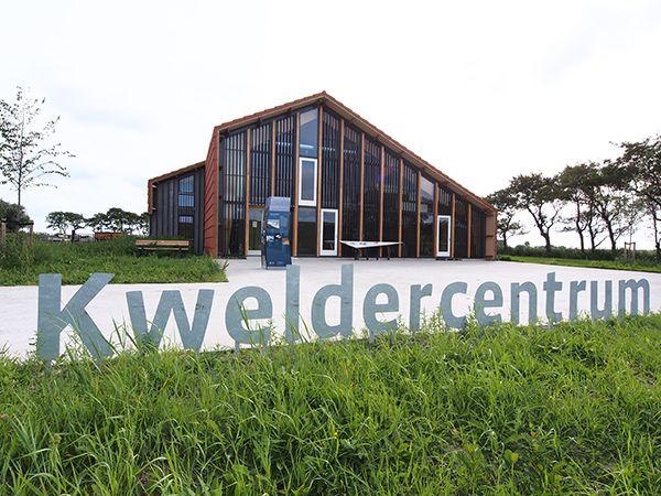 Vlakbij de dijktempel is het gratis Kweldercentrum van natuurorganisatie It Fryske Gea.