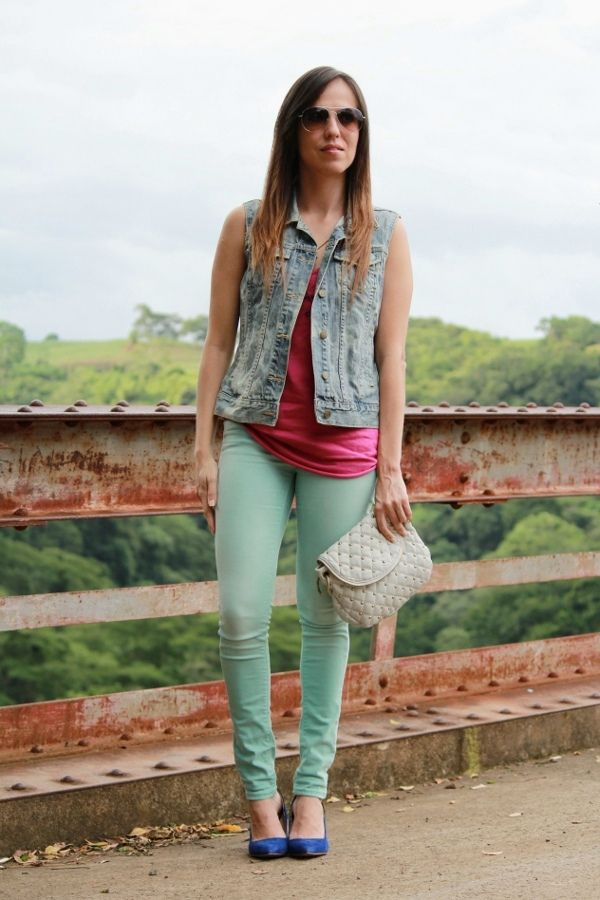 look-con-color-block-y-chaleco-de-mezclilla
