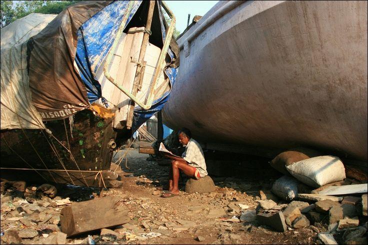https://flic.kr/p/8FJb6h | The news. India | Fishing harbour in Colaba, Mumbai (Bombay).  www.fredcanongephotography.com/