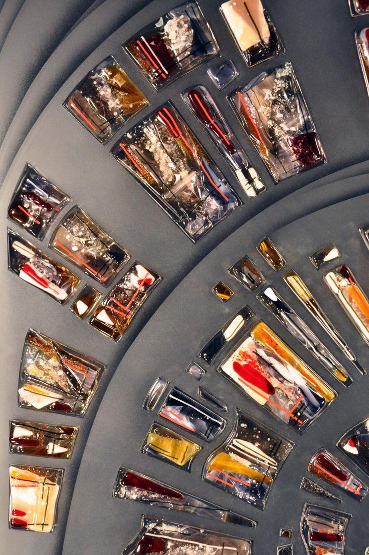 ВИТРАЖ С ФЬЮЗИНГОМ ДЛЯ МЕЖКОМНАТНОЙ ПЕРЕГОРОДКИ Техника исполнения: витражное панно изготовлено по технологии фьюзинг из витражного стекла SPECTRUM с инсталляцией на закаленное стекло с пескоструйным рисунком методом УФ склейки. #artglass #артгласс #витражи #витражиспб #студияжогина #витраживинтерьере #пескоструй #фьюзинг