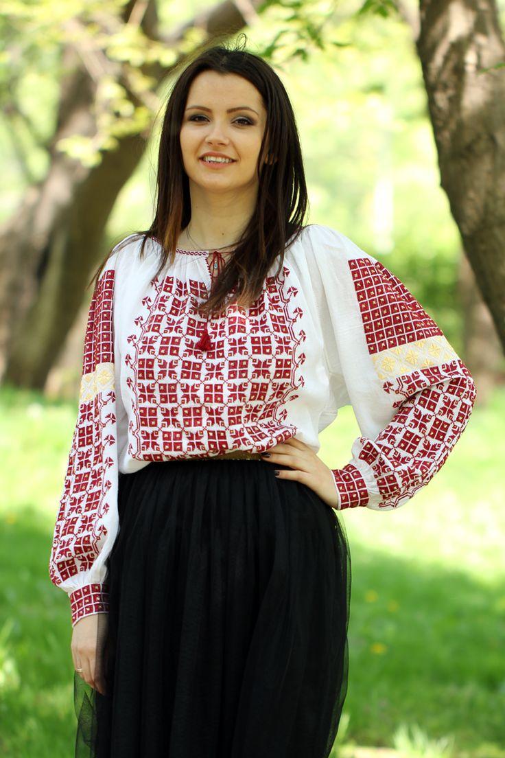 Ie românească cu mânecă lungă, specifică județului Argeș, brodată manual pe pânză de bumbac cu fire de bumbac și mătase și îmbogățită cu mărgele.