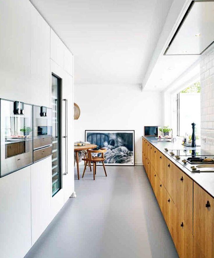 De keuken is het meest opgeknapte stuk van deze uit 1937 stammende minimalistische villa. Alle fronten en meubels zijn van gerookt eiken. De keuken is van Københavns Møbelsnedkeri en heeft een dun stalen werkblad.