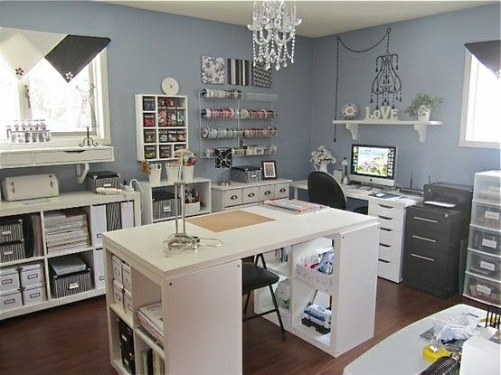 I like how clean and well organized this craft room is. I will snag some ideas from this setup. :)