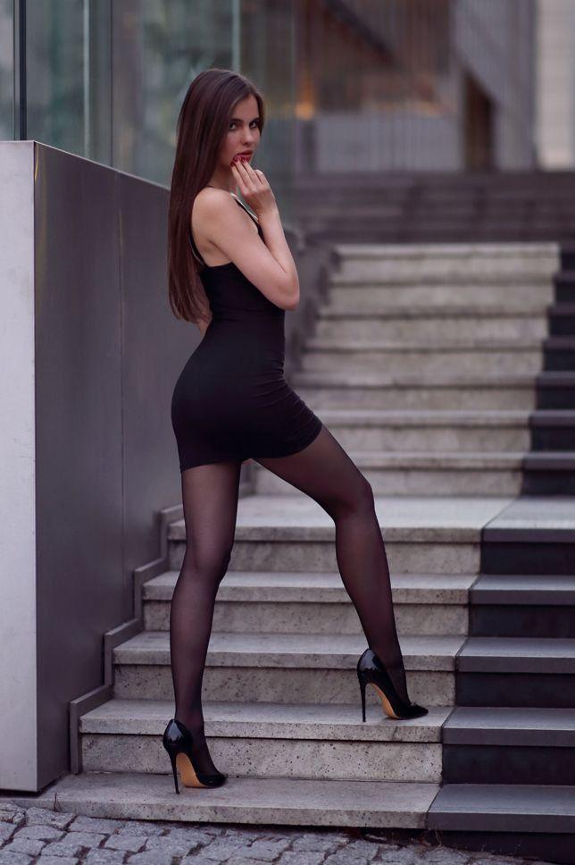 Попа в черном облегающем платье него