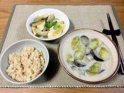 、児菜(アーサイ)と茄子を豆乳と白みそで煮た煮物です。サイドはアボカドとバナナのサラダ、ご飯は玄米ごはんです。豆乳と白味噌を合わせるとまったりとクリームのようで美味しいですよ