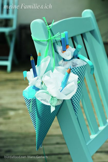 Mini-Schultüten für die Gäste Als Abschiedsgeschenk aus Kartonpapier Kreise ausschneiden (Ø 30 cm), einmal mittig falten und zu Tüten drehen. Der Länge nach festkleben. Öffnungen gerade schneiden und Krepppapier ankleben. Zum Beispiel mit Bonbons und Buntstiften füllen. Tüten zuschnüren.  Fotograf: Burdafood.net Hans Gerlach