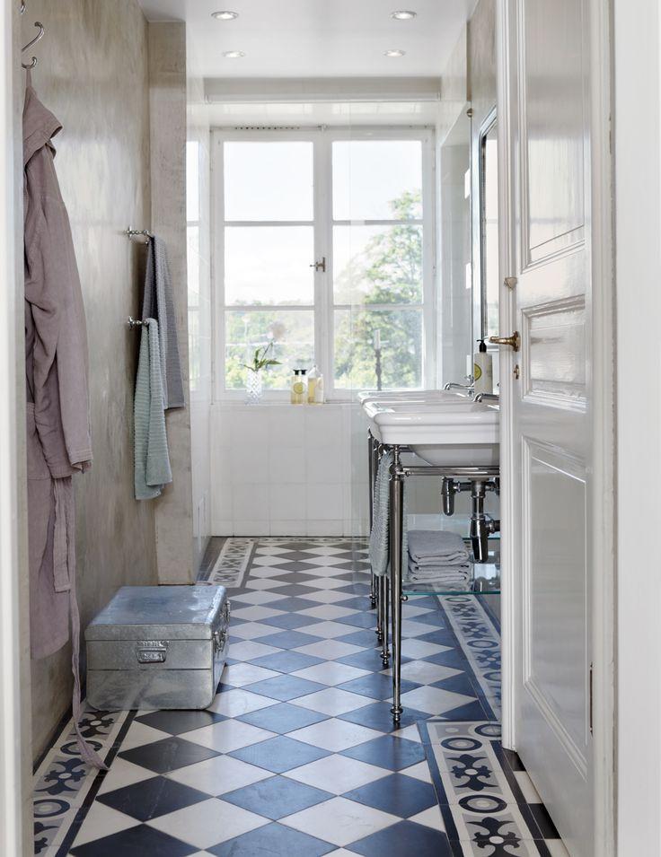 Glovplattorna i badrummet kommer från Stiltje, handfat med ställning från Fired earth. Väggarna är strukna med marmorkalkpastan tadelakt, från Stiltje. Handdukar Himla och silvrig kista fyndad på loppis.