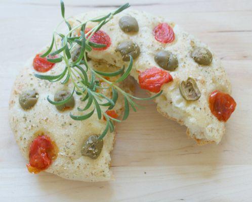 Постная лепешка на манной крупе с томатами и оливками