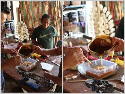 El joven diseñador Kaleb J Cárdenas trabajó en colaboración con el centro de Diseño de Oaxaca, el diseñador Jesús Nieva García y los artesanos José Hernández y Petra Mendoza para realizar el proyecto Aserrín de Abeja.