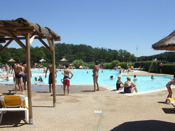 La base de loisirs de Barbotan-les-Thermes à Cazaubon, dans le #Gers : piscine et lac pour la baignade, les activités nautiques dont l'#aviron, mais aussi le VTT, la randonnée, la pêche...  #Famille #TourismeGers